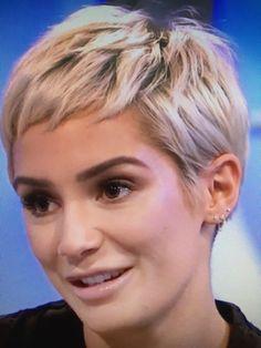 Frankie Sandford weicher Elf – Hair Cut – - All About Decoration Short Grey Hair, Short Blonde, Short Hair Cuts, Short Hair Styles, Pixie Cuts, Cute Haircuts, Short Pixie Haircuts, Pixie Hairstyles, Elf Hair