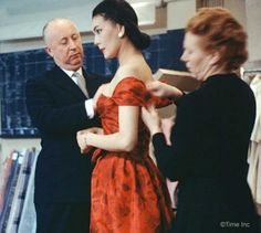 Alla Ilchun, the mysterious beauty of the and the muse of Christian Dior himself. Asian beauty with Kazakh and Russian roots was able to go … Christian Dior, Runway Fashion, Fashion Models, Fashion Designers, 50s Outfits, Little Shop Of Horrors, Vintage Fashion Photography, 1950s Fashion, Fashion History
