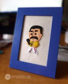 un piccolo Freddie Mercury da appendere alla parete, per ricordarci quanto è stato grande.  #queen #freddie #mercury #singer #leader #handmade #framed #picture #felt