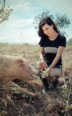 "*LIMITED EDITION* GIRLS JOHN BARTLETT + FARM SANCTUARY ""AMBASSADOR COLLECTION"" PIG TEE"