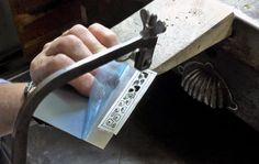 NA MONTSE FA FEINA A KUM BOO ESCOLA DE JOIERIA - JEWELRY SCHOOL artesaniatotcat.blogspot.com Calant els dibuixos. Sawing holes. Trepant per poder serrar. Drilling to saw holes. Anell de plata. Interior polit, planxa texturada i patinada i superfície ratllada.  Artesania-Totcat: NA MONTSE FA FEINA A KUM BOO ESCOLA DE JOIERIA - J...