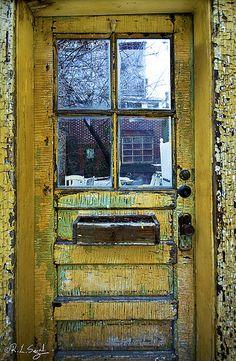 yellow door on Menomonee Street in Lincoln Park