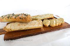 Dit koolhydraatarm stokbrood is vers gebakken het lekkerst. Dan heeft het een iets knapperig randje. Toch te zacht? Vlak voor consumptie even in de oven, grill of tosti ijzer is om die reden wel een aanrader. Low Carb Bread, Keto Bread, Bread Substitute, Healthy Recepies, Grubs, Atkins, Crackers, Bbq, Food Porn