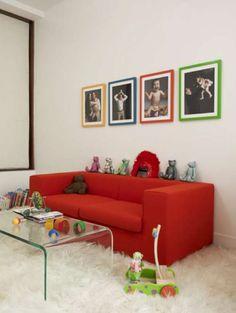 muebles de colores en un piso moderno y elegante