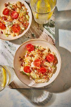 BLT tésztasaláta recept, amit imádni fogsz | Street Kitchen Quesadilla, Bologna, Ratatouille, Pasta Salad, Bacon, Food And Drink, Cooking, Ethnic Recipes, Kitchen