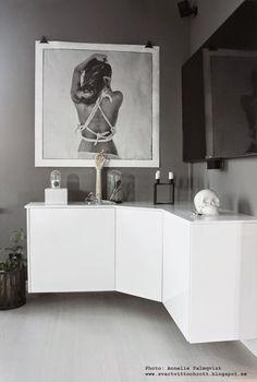 Jag får ofta frågor om mediamöbeln så jag tänkte berätta lite mer om den här i ett blogginlägg! Den här möbeln är ett DIY! Vi letade och letade efter en möbel i vinkel, men hittade inget någonstans.