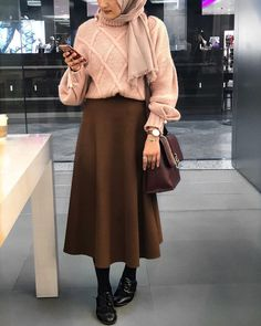 How to Style Hijab Outfit For Winter On This Season Casual Hijab Outfit, Hijab Chic, Street Hijab Fashion, Muslim Fashion, Modest Outfits, Skirt Outfits, Hijab Mode Inspiration, Style Inspiration, Hijab Stile