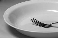 Pasar hambre provoca comer los alimentos con voracidad desmedida hasta sentirse excesivamente lleno. No te saltes comidas