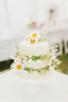 wedding cake with fresh daisies // photo by I Love Wednesdays