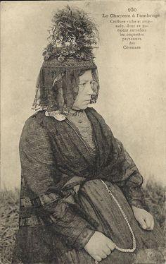 """Le Chapeau à l'ombrage  Editeur Margerit-Brémond - Le Puy Ecrite et voyagé le 28/08/1924 """"Coiffe riche et originale dont se paraient autrefois les coquettes paysannes des Cévennes."""""""