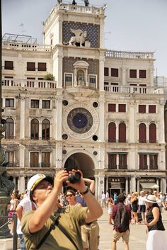Символ Venezia - на верхушке здания Лев с крыльями, ниже ярусом часы, а еще ниже выстроены по кругу знаки зодиака!  По вопросам взаимодействия - обращаться к журналисту: e-mail - gersch.nuhdelmann@gmail.com Skype - gersch.nuhdelmann
