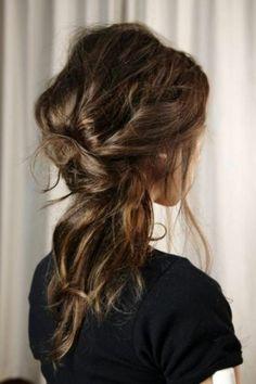les cheveux de couleur naturelle, brunette