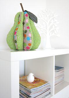 Diese Birne schmückt jedes Regal. Saftig und lecker schaut sie aus und ihre Größe ist ein echter Blickfang!  Sie kann unifarben, im Musterwechsel oder bunt gepatcht werden, passend zu den Sofakissen oder den Büchern im Regal.   Aus...