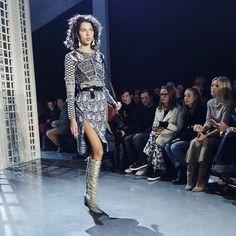 "66a0802fb5332 La gran fiesta de Dolce   Gabbana en Milán  Monica Bellucci, Carla Bruni,  Eva Herzigova y otras 147 ""top models"" sobre la pasarela   Moda   Pinterest  ..."