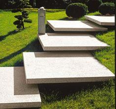 Frei schwebende Treppen aus XXL-Betonsteinen sind ein Hingucker in großen Gärten.