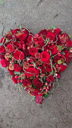 Funeral Flower Arrangements, Funeral Flowers, Floral Arrangements, Deco Floral, Floral Design, Heart Wreath, Mesh Wreaths, Diy Craft Projects, Flower Art