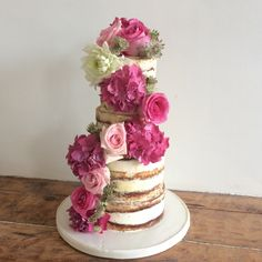 Naked cake with fresh flowers in pink #synies #syniesparis
