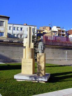 Monumento a Julio Alejandro (Huesca 1906 - Jávea 1995). Escritor y guionista de Luis Buñuel