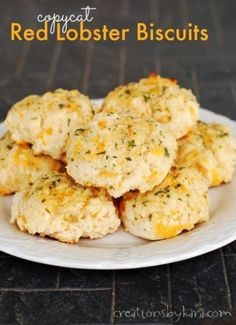Copycat Red Lobster Biscuits - these garlic cheese biscuits make a delicious side dish to any meal! #recipe #biscuits #copycat