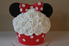 Minnie Mouse Giant Cupcake and Cakepops - Cake by carolyn chapparo