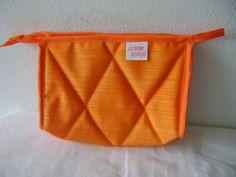 Nécessaire feita em tecido dublado e forrada com nylon.   Mede aproximadamente 21cm de largura, 15cm de altura e 7cm de profundidade. R$ 24,00