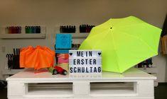 Bald sind die i-Dötzchen wieder unterwegs auf ihrem Weg zur Schule. Damit die Kleinen im Straßenverkehr besser zu sehen sind, empfehlen wir für die Schultüte nicht nur Süßes, sondern auch etwas Nützliches. Zum Beispiel den neongelben Mini-Taschenschirm FARE-AC Plus. Der fällt mit Sicherheit auf! Mini, Grandma And Grandpa, Umbrellas, Bright Colours, Safety, Pictures