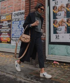 34 Warm and Cozy Outfit Combinations for Winter Winter Mode Outfits, Winter Fashion Outfits, Winter Outfits, Looks Street Style, Looks Style, Fashion Tips For Women, Fashion Advice, Schwarzer Mantel Outfit, Zapatillas Veja