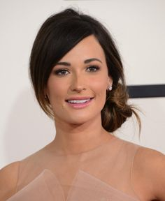 Kacey Musgraves shows off a shoft and sheer makeup look with a blush-toned lip gloss, shimmery blush, and neutral eye makeup that matched her blush gown. And check out those beautiful brows! #makeup #redcarpet