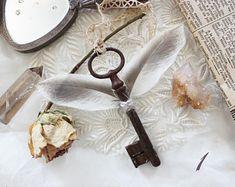 Clé de la Tour d'Argent . clé ancienne ailée de véritable plumes dentelle vintage décoration clé ailée pagan sorcellerie .