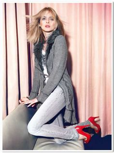 Gray long cardigan with fur collar, red pumps