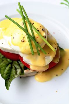 Caprese Eggs Benedict---Creamy Dreamy Filling Brunch Melt-in-My-Mouth-Now! Breakfast Desayunos, Breakfast Dishes, Breakfast Recipes, Avocado Breakfast, Food Porn, Gula, Yummy Food, Tasty, Food For Thought