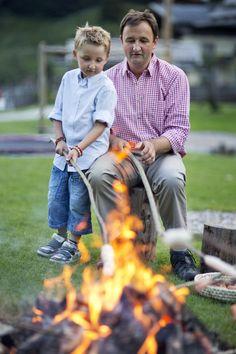 Einmal pro Woche machen wir mit unseren Gästekindern ein Lagerfeuer und grillen köstliches Stockbrot und Würstchen. Das schmeckt einfach super! Outdoor Bathtub, Super, Austria, Style, Campfires, Adventure, Crickets, Simple, Kids