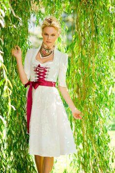 Hochzeitsdirndl von silk & pearls |  Ja, mei is des fesch! Festliche Trachten machen der traditionellen Brautmode Konkurrenz. Und das nicht ohne Grund, schließlich gibt es kaum einen weiblicheren Schnitt als das klassische Dirndl mit betonter Taille und einem reizvollen Dekolleté! Und nicht nur das: Ein Mieder mit Schnürung oder Haken, liebevolle Details und passende Accessoires machen den Trachtenlook perfekt.  |  S❤