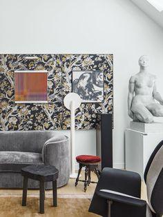 Au pied de la butte Montmartre, l'architecte d'intérieur Tristan Auer a imaginé, pour lui et sa famille, un audacieux duplex où cohabitent dans une étrange douceur références vintage, créations personnelles et sculptures néoclassiques françaises.
