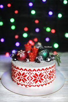 Команда @russiancakes от всей души поздравляет всех подписчиков с наступающим новым 2️⃣0️⃣1️⃣8️⃣ годом! Желаем всем любви, счастья, здоровья для родных и близких! Новый год это самый любимый, волшебный и домашний праздник. Пусть в новом году сбудутся все ваши желания! . Новогодний торт, внутри классический красный бархат. Декор из шоколада. Рисунок нанесен с помощью трафарета. Автор instagram.com/piro_jenka #toprussiancakes #russiancakes