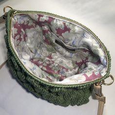 Sådan hækler du en smuk taske med - By Damsbak % Crochet Clothes, Blade, Diy And Crafts, Coin Purse, Wallet, Knitting, Creative, Smuk, By