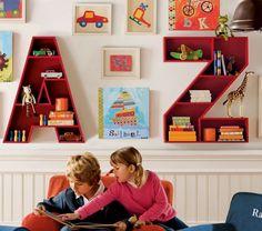 Boekenkastjes in de vorm van letters. Door Ietje