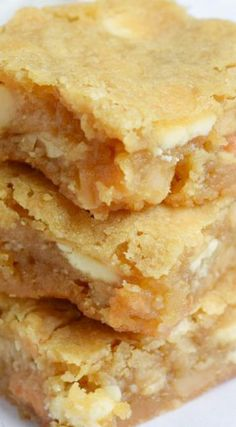 Chewy and crunchy at once, these Macadamia Nut Blondies are a perfect dessert. The caramelized blondie with the crunchy macadamia tastes amazing! Cookie Desserts, Just Desserts, Delicious Desserts, Yummy Food, Brownie Recipes, Cookie Recipes, Dessert Recipes, Brownie Pan, Bar Recipes