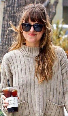 Hair color and bangs Dakota Johnson Street Style, Dakota Style, Hairstyles With Bangs, Pretty Hairstyles, Hair Inspo, Hair Inspiration, Long Hair With Bangs, Hair Bangs, Grunge Hair