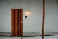 様々な色合いの板が組み合わさって出来たドア。ストライプ模様のようでおしゃれ。