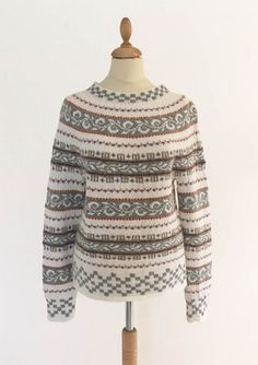 Nice sweater knitted in alpaca from Sandnes Nice sweater knitted in alpaca from snowboard sweater-aKnitting, Mittens, crochet with sewn floss collar, woman, 1 pair - Norwegian Folk Mu. Crochet Dolls Free Patterns, Knitting Patterns Free, Knitting Designs, Knitting Projects, Drops Karisma, Fair Isle Pullover, Drops Baby, Norwegian Knitting, Half Shirts