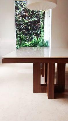 Mesa de comedor con cubierta de mármol con base en madera tzalam by Design & Cutting