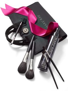 Brush up her look with this inspired duo: our luxurious brush collection along with the must-have way to keep it fresh. The set includes: Eyeliner/Eyebrow Brush Powder Brush Cheek Brush Eye Color Brush Eye Crease Brush Mary Kay® Cosmetic Organizer Bag Mary Kay® Brush Cleaner