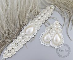Conjuntos de bisutería - komplet soutache lace cream - hecho a mano por Kavrila en DaWanda Bead Embroidered Bracelet, Soutache Bracelet, Soutache Jewelry, Bead Jewellery, Beaded Jewelry, Jewelery, Handmade Jewelry, Ribbon Jewelry, Wedding Jewelry