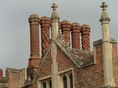 Chimney and roof detail front of Hampton Court Palace - Style Tudor — Wikipédia Style Tudor, Tudor Era, Eltham Palace, Westminster, Maison Tudor, Die Tudors, Architecture Religieuse, Tudor Architecture, Renaissance