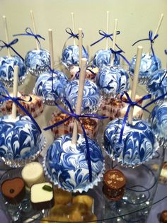 Blue and White Christmas-Marble Chocolate covered Apples I made! Chocolate Covered Apples, Chocolate Dipped, Dipping Chocolate, Schnee Party, Gourmet Candy Apples, Colored Candy Apples, Marble Chocolate, Blueberry Chocolate, Caramel Candy