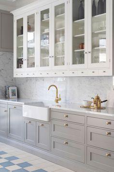 Top drawer doesn't need panel Farmhouse Style Kitchen, Modern Farmhouse Kitchens, Home Decor Kitchen, Kitchen Interior, Interior Design Living Room, Home Kitchens, Glass Kitchen, Kitchen Dining, White Countertops