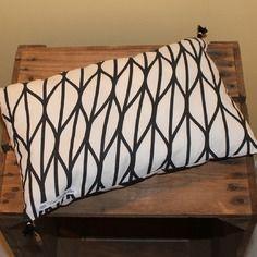 Petit coussin graphique noir et blanc, motif géométrique rayures et ondulations illusion d'optique, avec pompons faits main,
