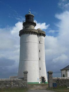 Atlantique - Phare du Stiff - île d'Ouessant (Finistère) - Coordonnées 48°28′28″N / 5°03′24″O - Feux : rouge à 2 éclats de 20 s