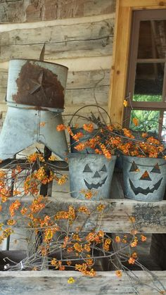Decking Out Your Porch For a Vintage Halloween ~ Vintage Unscripted Halloween Rustique, Halloween Veranda, Halloween Porch, Fall Halloween, Halloween Crafts, Rustic Halloween Decorations, Living Room Halloween Decor, Country Halloween, Primitive Decorations